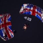 Nữ hoàng Anh Elizabeth II được điệp viên James Bond 007 hộ tống nhảy dù xuống lễ khai mạc Olympics 2012