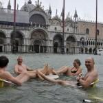 Bơi trên quảng trường thành phố Venice