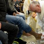 Lần đầu tiên một giáo hoàng rửa chân cho phụ nữ
