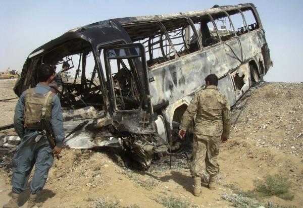 130426-afghanistan-bus-crashed-01