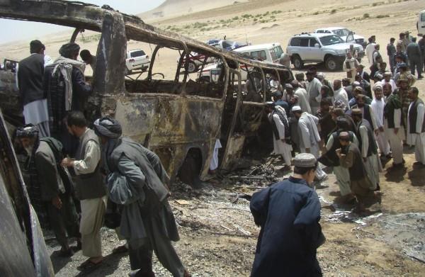 130426-afghanistan-bus-crashed-02
