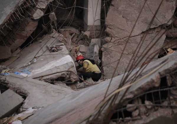 130427-bangladesh-building-collapse-02