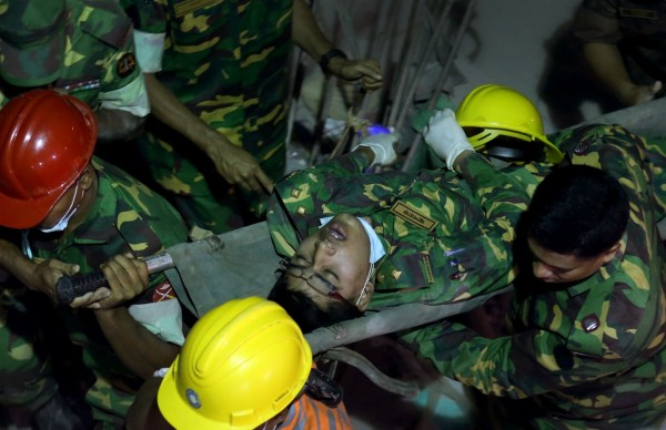 130428-bangladesh-building-collapse-09