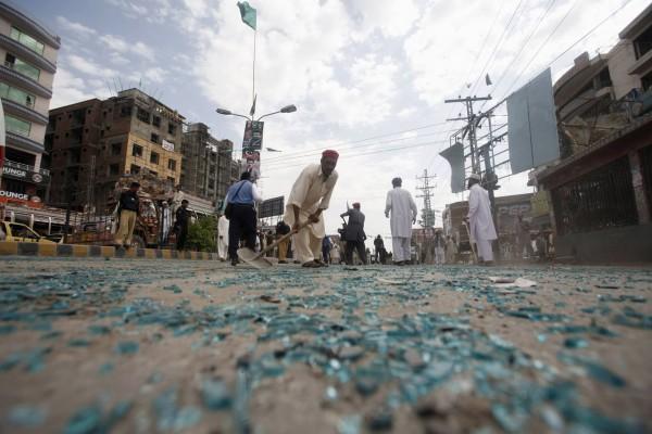 130429-pakistan-bomb-blast-peshawar-02