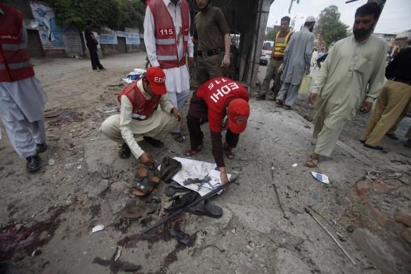 130429-pakistan-bomb-blast-peshawar-04