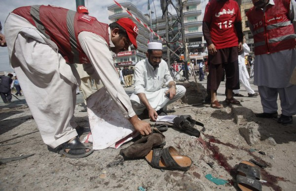 130429-pakistan-bomb-blast-peshawar-06