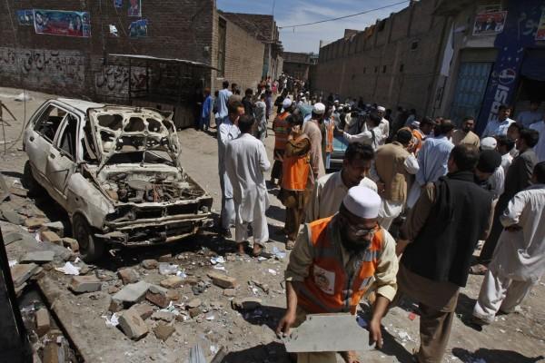 130429-pakistan-bomb-blast-peshawar-10