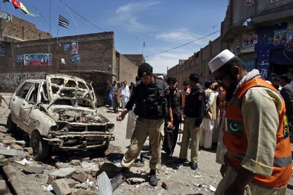 130429-pakistan-bomb-blast-peshawar-11