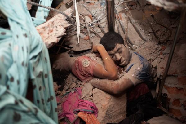 130424-bangladesh-building-collapsed-dead-copule-2