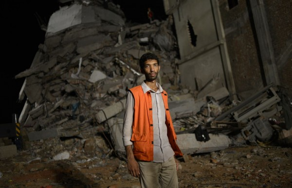 130430-bangladesh-building-collapse-02-nasar-volunteer
