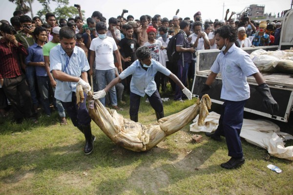 130501-bangladesh-building-collapse-bodies-mass-burial-01