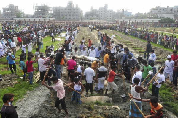 130501-bangladesh-building-collapse-bodies-mass-burial-03
