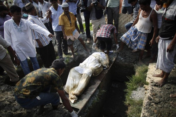 130501-bangladesh-building-collapse-bodies-mass-burial-04