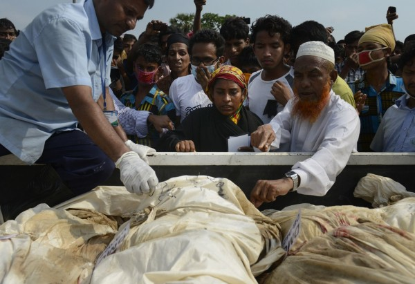 130501-bangladesh-building-collapse-bodies-mass-burial-06