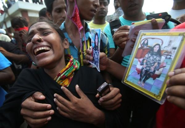 130501-bangladesh-building-collapse-bodies-mass-burial-07-farida-fahima