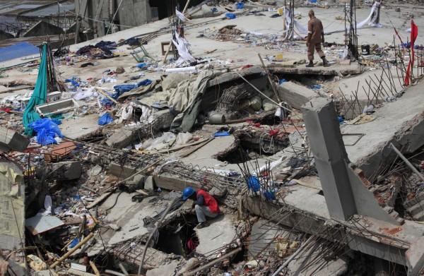 130502-bangladesh-building-collapse-01