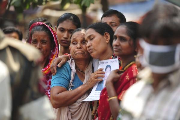 130502-bangladesh-building-collapse-relatives-01