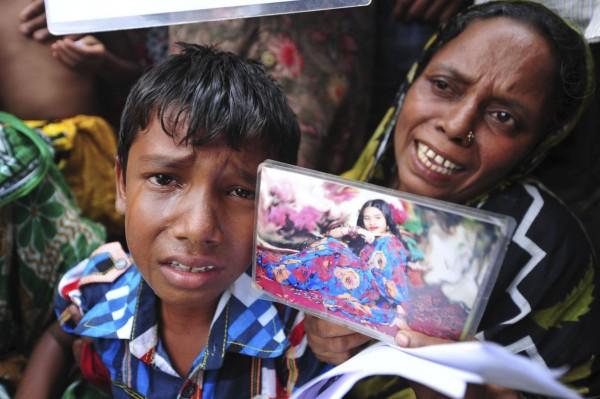 130502-bangladesh-building-collapse-relatives-03