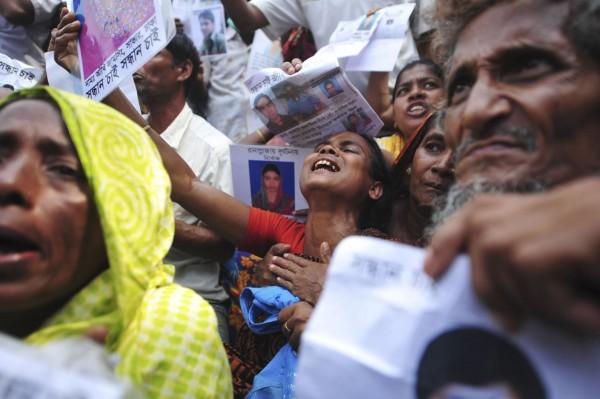 130502-bangladesh-building-collapse-relatives-04