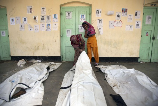 130502-bangladesh-building-collapse-relatives-06
