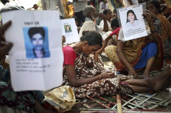 130502-bangladesh-building-collapse-relatives-08