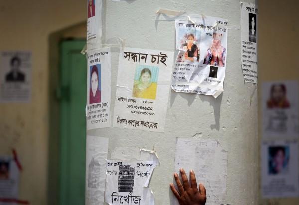 130502-bangladesh-building-collapse-relatives-09