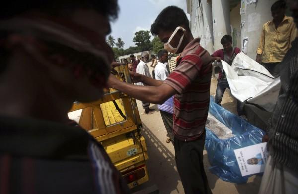 130504-bangladesh-building-collapse-04