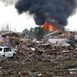 Ớn lạnh da gà khi nhìn thấy cảnh lốc xoáy tàn phá ngoại ô Oklahoma