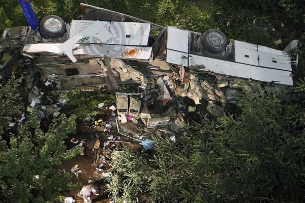 130728-italia coach crashed-02