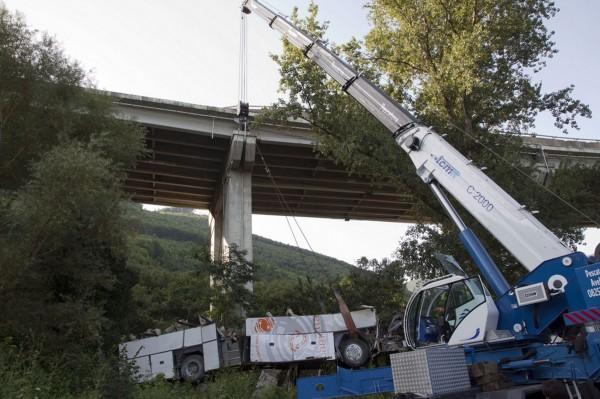 130728-italia coach crashed-03
