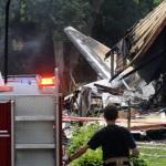 Máy bay đụng… nhà