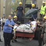 Ná thở để di chuyển một người nặng 1.345 cân Anh đi bệnh viện