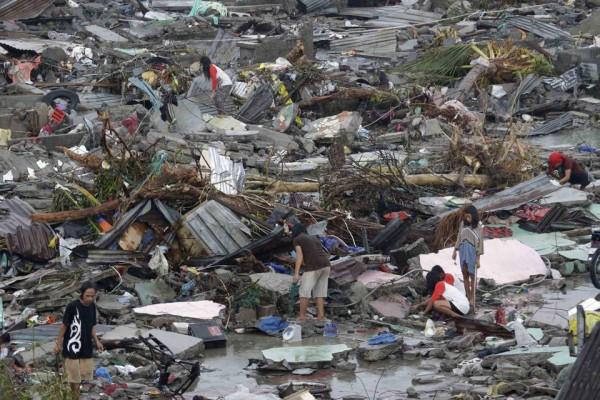 131109-supertyphoon-haiyan-philippines-tacloban-04