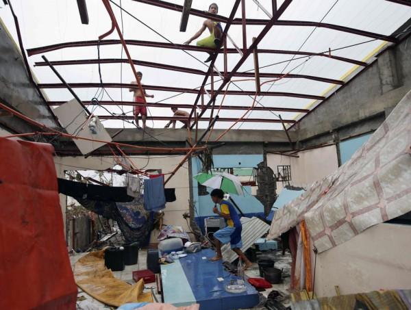 131109-supertyphoon-haiyan-philippines-tacloban-07