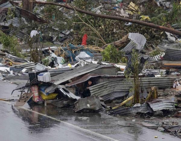 131109-supertyphoon-haiyan-philippines-tacloban-08