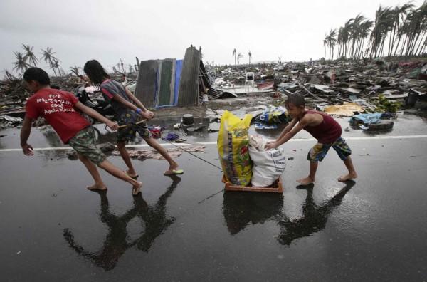 131109-supertyphoon-haiyan-philippines-tacloban-09