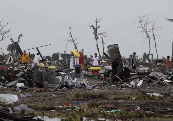 131109-supertyphoon-haiyan-philippines-tacloban-11