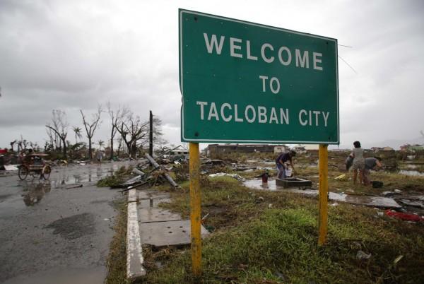 131110-supertyphoon-haiyan-philippines-tacloban-000