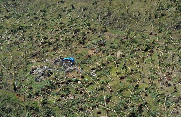 131111-supertyphoon-haiyan-philippines-guiuan-town-samar-01