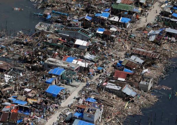 131111-supertyphoon-haiyan-philippines-guiuan-town-samar-04