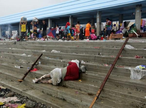 131111-typhoon-haiyan-philippines-victims-06