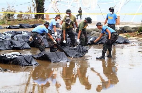 131111-typhoon-haiyan-philippines-victims-13