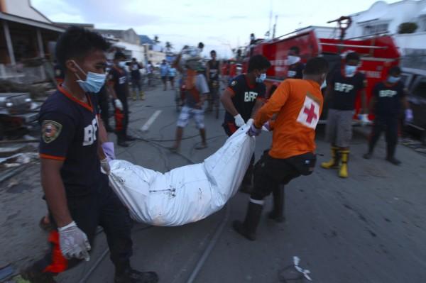 131113-supertyphoon-haiyan-philippines-tacloban-bodies-001