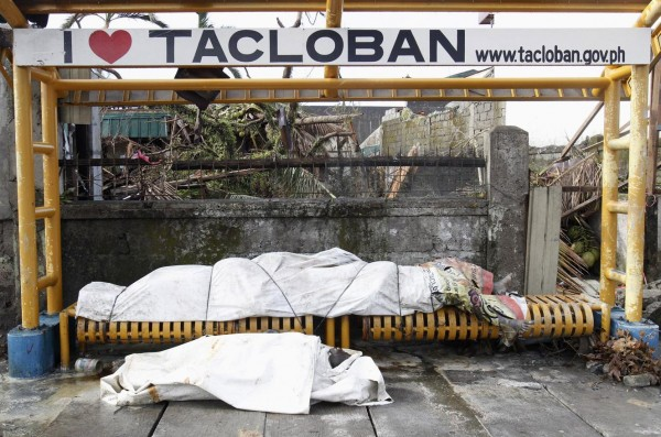 131113-supertyphoon-haiyan-philippines-tacloban-bodies-002