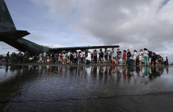 131113-supertyphoon-haiyan-philippines-tacloban-evacuation-001