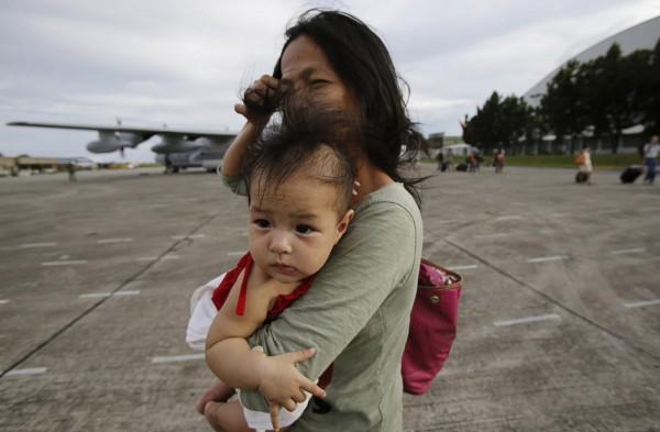 131113-supertyphoon-haiyan-philippines-tacloban-evacuation-003