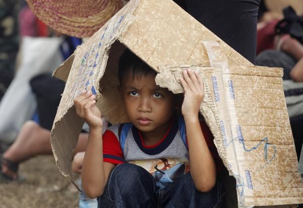 131114-supertyphoon-haiyan-philippines-tacloban-evacuation-002