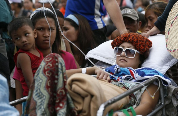 131114-supertyphoon-haiyan-philippines-tacloban-evacuation-003