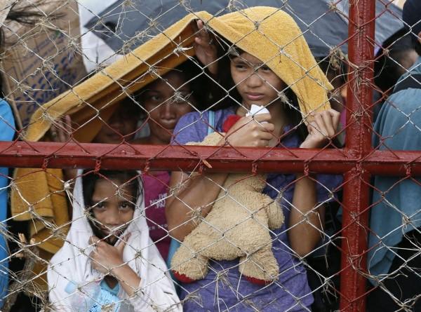 131114-supertyphoon-haiyan-philippines-tacloban-evacuation-004