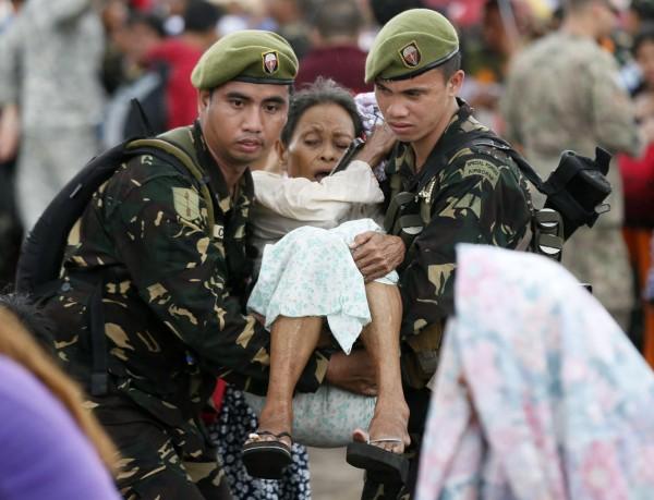 131114-supertyphoon-haiyan-philippines-tacloban-evacuation-005